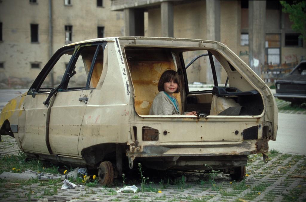 la fillette qui jouait dans une carcasse de voiture la danse du destin. Black Bedroom Furniture Sets. Home Design Ideas